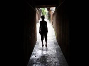 Silhouette vor Tunnel
